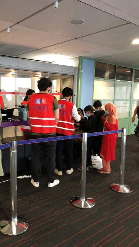 Des agents de l'OFII accueillent les ressortissants afghans à l'aéroport de Roissy